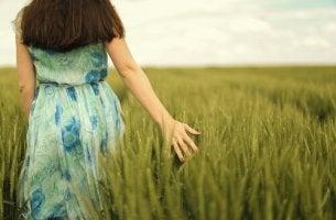 Mujer paseando por el campo feliz