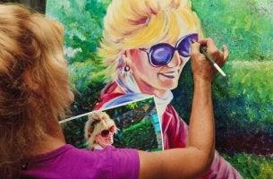 mujer-pintando-un-cuadro