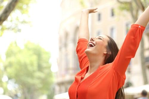 Mujer sonriendo feliz paseando