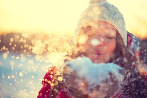 Mujer soplando nieve