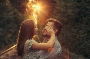 Mujer tapándole los ojos a su novio