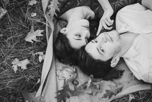 Pareja enamorada tumbada en el suelo