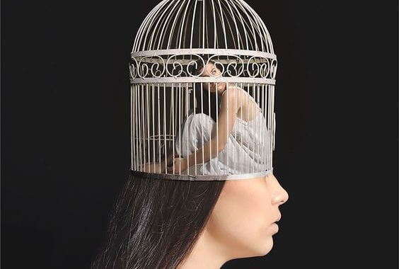 chica encerrada en jaula simbolizando el caso Aimée
