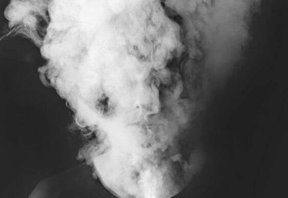 Mujer con niebla mental