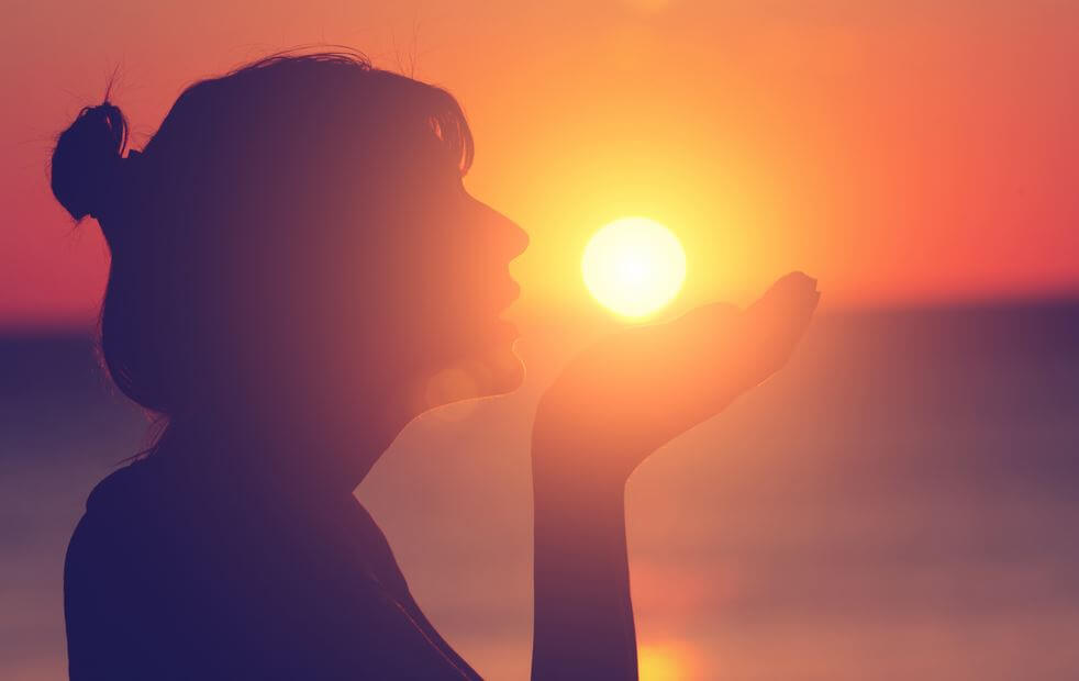 Mujer lanzando palabras al aire