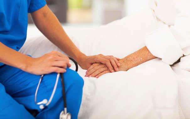 Enfermera cuidado de un paciente