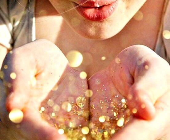 Mujer con luces amarillas en sus manos