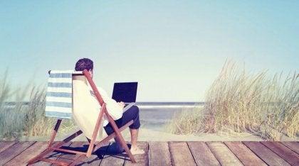 Hombre trabajando en la playa