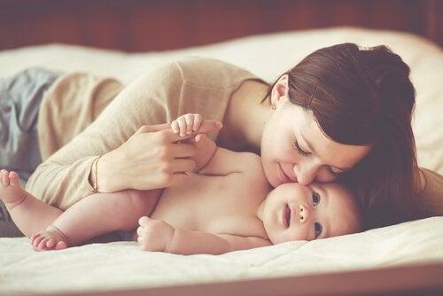 Madre besando a su hijo con apego