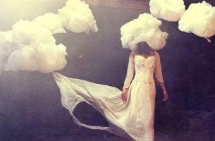 Mujer con nubes en la cabeza simbolizando el miedo