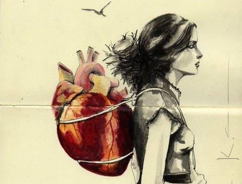 Mujer con el corazón a la espalda