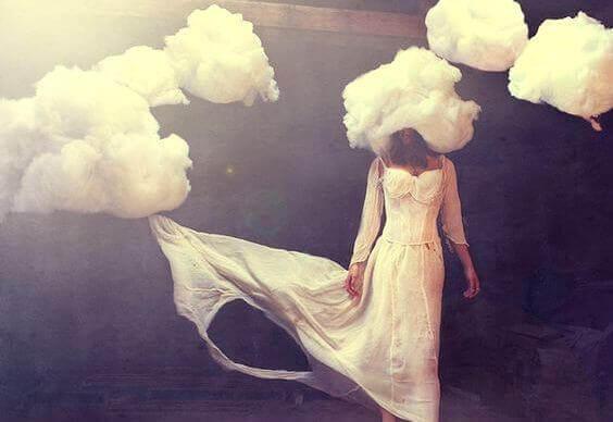 Mujer con nubes en la cabeza simbolizando el origen de los sentimientos