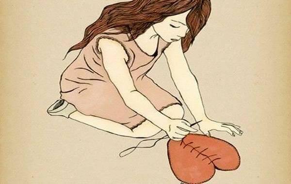Mujer cosiendo un corazón