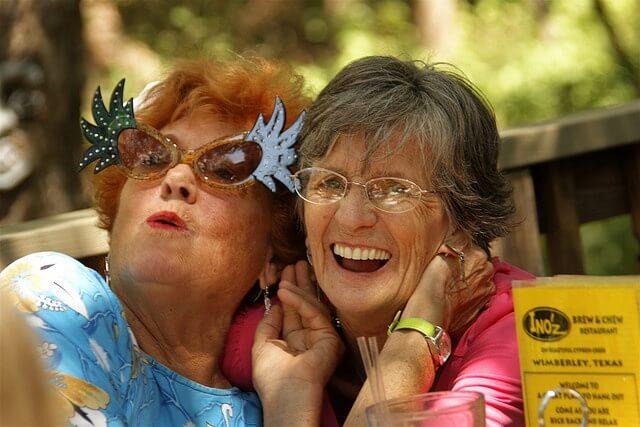 mujeres felices representando a las personas demasiado mayores