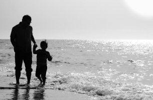 Padre con hijo desechando la ridícula idea de no verle más