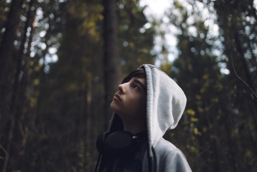 adolescente en el bosque