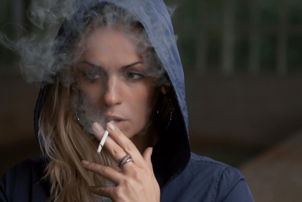 ¿Qué papel juega la sensibilidad a la ansiedad en el consumo de tabaco?
