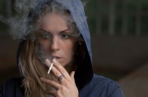 chica nerviosa fumando