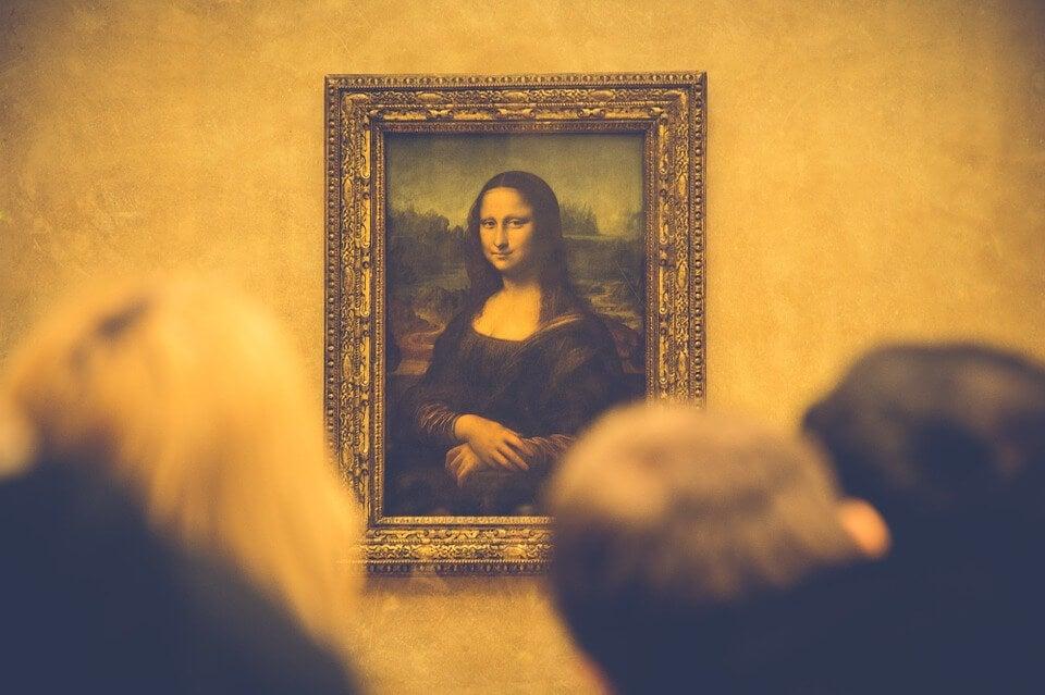 Gente mirando el cuadro de la Mona Lisa