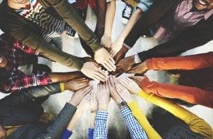 Manos de diferentes personas formando un círculo