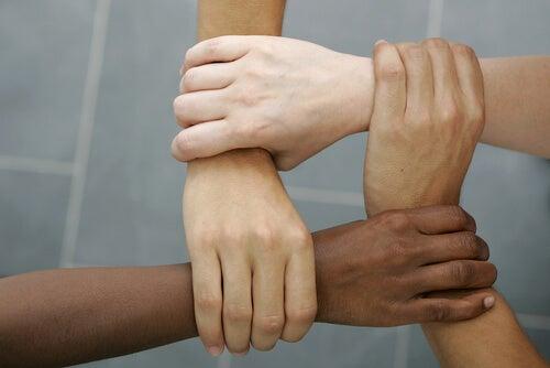 Manos de diferentes personas unidas