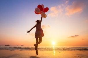 Mujer con globos volando