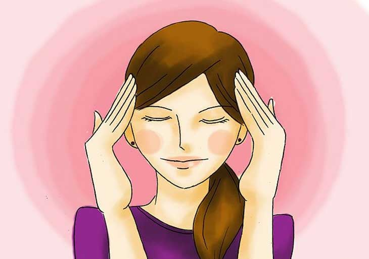 Mujer con las manos en la cabeza