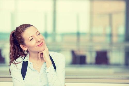 Mujer pensando sonriendo