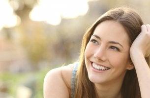 Mujer sonriendo mirando a un lado