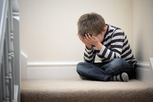 Niño con problemas de ansiedad por las exigencias de sus padres