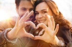 pareja-formando-un-corazon-con-sus-manos