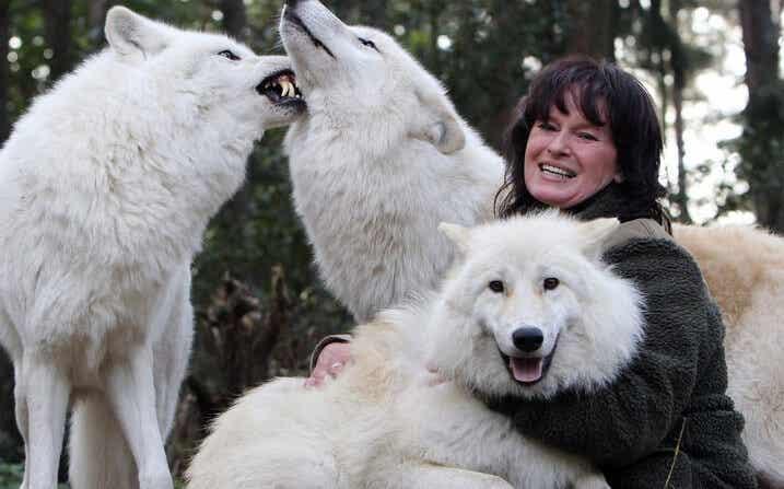 """Tanja Askani, la mujer que """"habla"""" el lenguaje de los lobos"""
