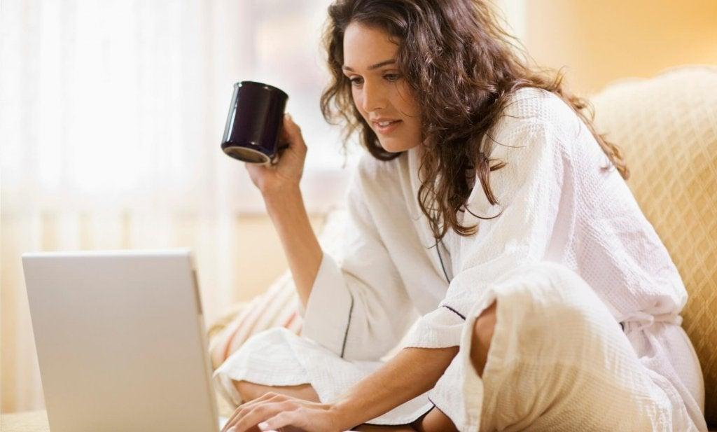 Mujer haciendo terapia con un psicólogo on-line