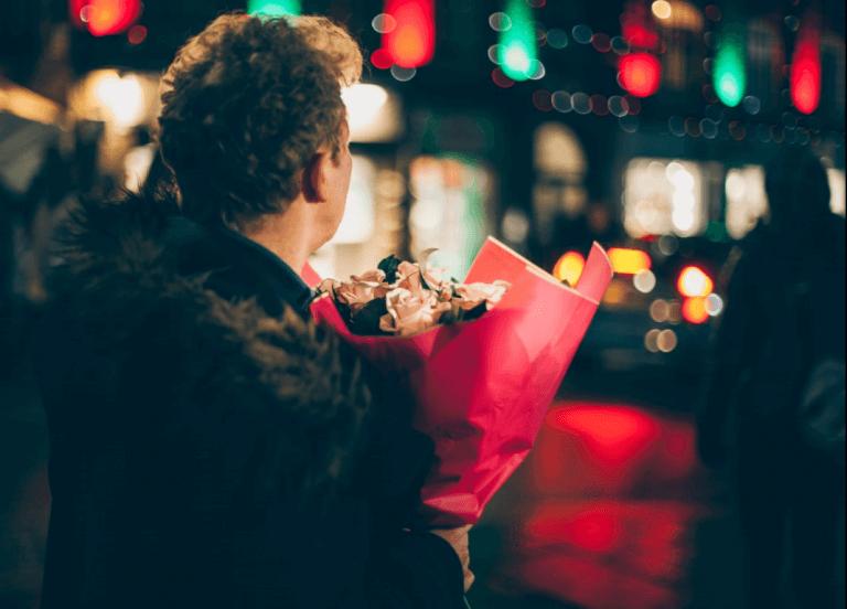 Chico con flores