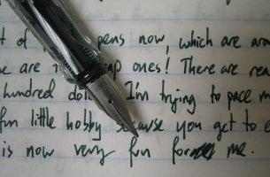 Cuaderno y pluma para un estudio de grafología