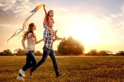 Familia feliz con los hijos
