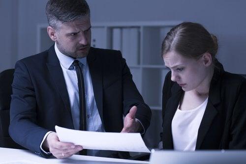 Jefe haciendo acoso laboral a una empleada