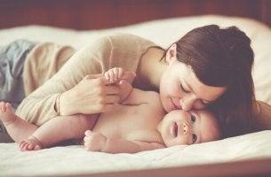 Madre besando a uno de su hijos adoptados