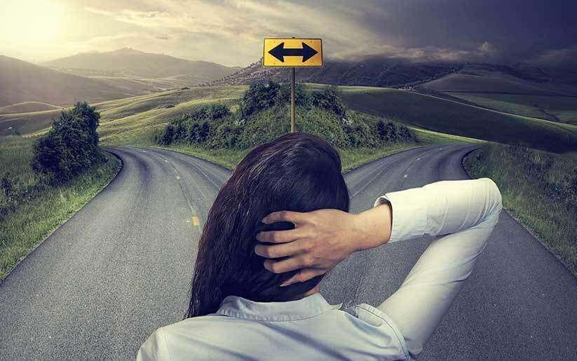 Mujer conansiedad ante la elección de un camino