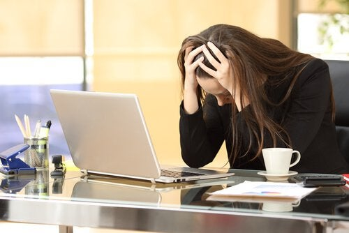 Mujer con estrés laboral que necesita practicar el mindfulness en el trabajo
