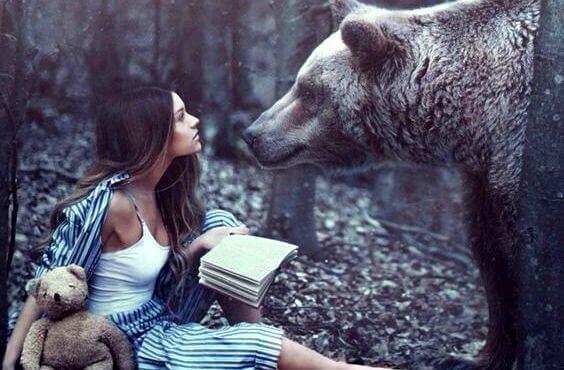 Mujer con un oso