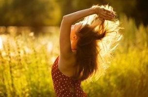 Mujer feliz al aire libre