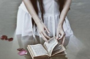 mujer libro