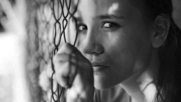 Mujermirando triste por un trastorno límite de la personalidad