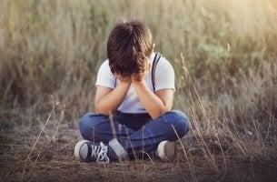 niño triste llorando