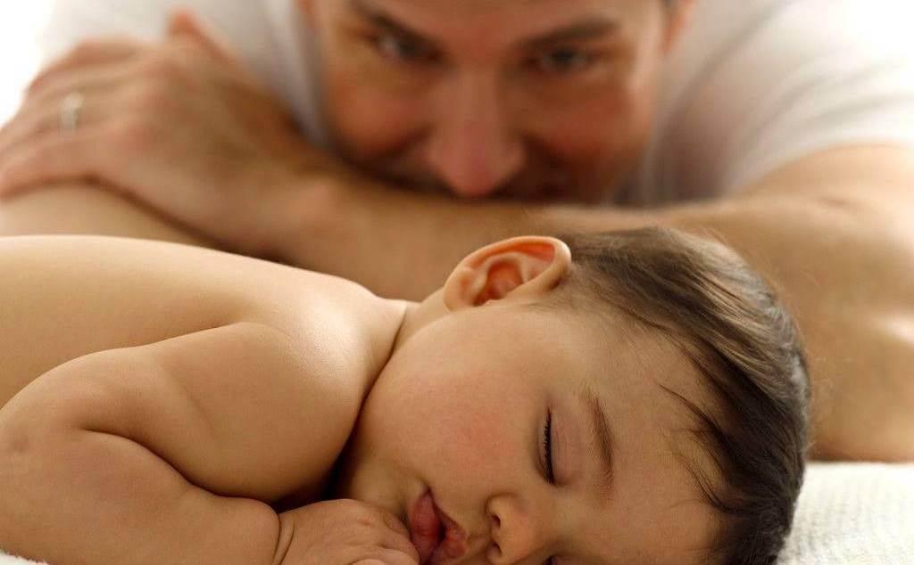 Padre mirando a un bebé en fase subconsciente