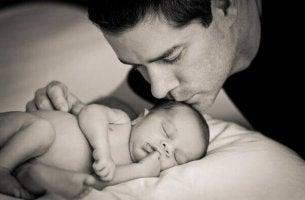 Padre ejerciendo su paternidad