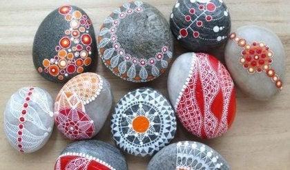 piedras pintadas simbolizando los rituales para vencer la ansiedad