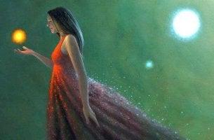 Mujer con luz en la mano
