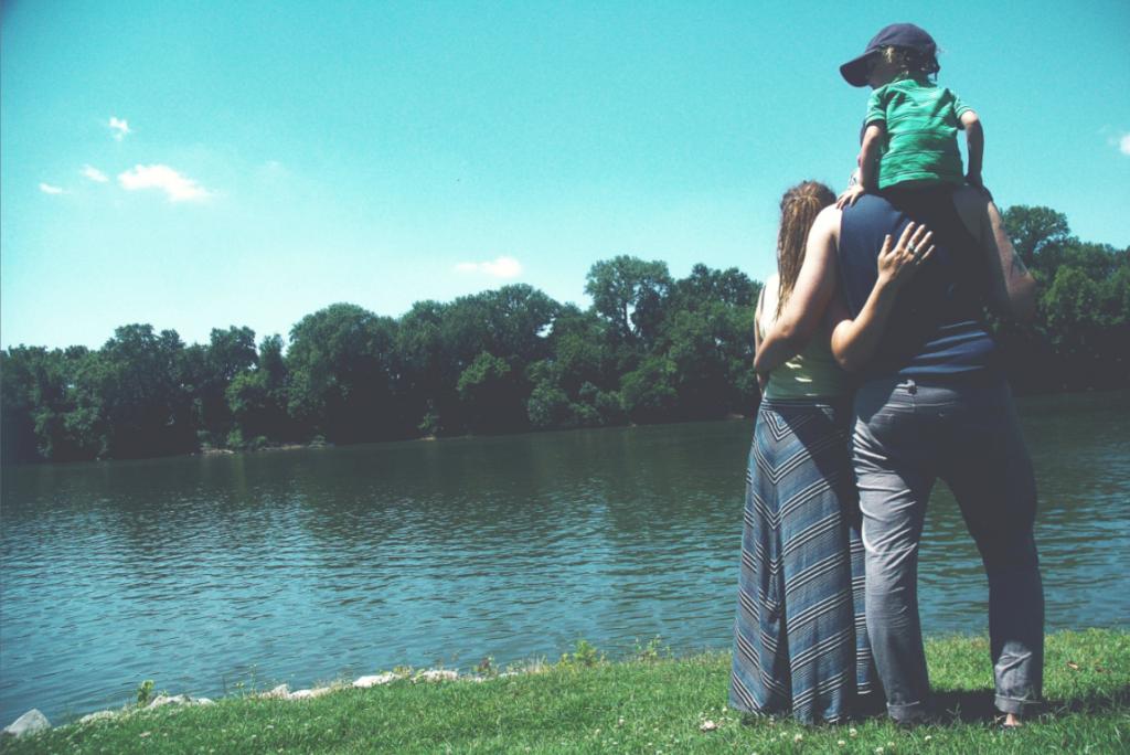familia feliz junto al lago